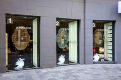 ALESSANDRO MENDINI exhibition at @prodomoWien November 2015  In the shop windows: SETTECENTO mirror designed by Alessandro Mendini for Glas Italia  #glasitalia #settecentomirror #alessandromendini