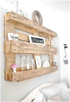 Ah the love of pallets–lovely idea for a shelf! pallet – palette – wandrek – opbergen – hout | best stuff