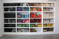 https://flic.kr/p/8knim1 | 010071208 librería | Tras la mudanza, tenía la oportunidad de reconfigurar la librería, ahora que disponía de mucho más espacio. Un reportaje de AD (con otra biblioteca en la que los libros se ordenaban cromáticamente) me trajo a la mente la obra de Anne Berning, a la que pude contemplar hace tiempo en el Cacmálaga: Esa artista pinta el lomo de libros de arte imaginados por ella y los sitúa ordenadamente simulando un anaquel. Jugando con los colores, compone…