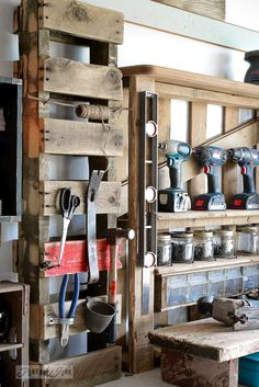 Pallet hammer organizer for the workshop / funkyjunkinteriors.net