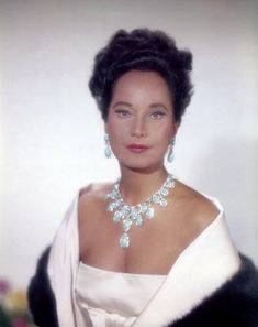 Merle Oberon was still beautiful at any age! Old Hollywood Movies, Golden Age Of Hollywood, Vintage Hollywood, Classic Hollywood, Hollywood Style, Classic Actresses, British Actresses, Beautiful Actresses, 1940s Actresses