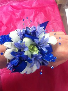 Blue and white corsage for a beautiful navy blue dress. Homecoming Flowers, Homecoming Corsage, Prom Flowers, Wedding Flowers, Prom Bouquet, Prom Corsage And Boutonniere, Wedding Bouquets, White Corsage, Flower Corsage