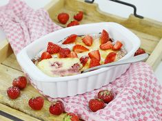 ᐅ Quark semolina casserole with strawberries I Christina's Fitlife - recipes - Corrie Izzard Protein Desserts, Low Carb Desserts, Low Carb Recipes, Quark Recipes, Ripped Recipes, Snacks, Recipe For 4, Cakes And More, Healthy Desserts