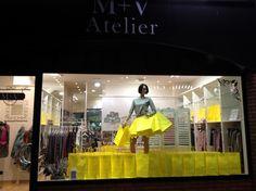 Genial ideal la de M+V Atelier en @Andorra de decorar su #escaparate con #bolsasdepapel