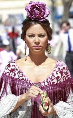 escote y mantocillo Spanish Dress, Pose, Gypsy, Macrame, Spain, Beautiful Women, Saree, Plus Size, Lady