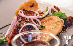 Χοιρινά παϊδάκια (spear ribs) σε μικρές αφράτες πιτούλες, σάλτσα bbq, κρεμμύδι και φρέσκο κόλιανδρο. © Nefeli Maggalousi (Cmyk Photography)
