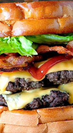 Double Bacon Cheeseburger with TWO Grilled Cheese sandwiches used as buns. Big Burgers, Burgers And More, Burger Dogs, Good Burger, Burger Recipes, Grilling Recipes, Bacon Recipes, Double Bacon Cheeseburger, Burger Mania