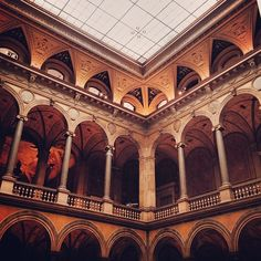 When I stepped in to the  courtyard at the #Museum of Applied Arts i felt like I was no longer in #Vienna but instead somewhere in the Middle East or Central Asia. #austria #wien #travel p.s the entrance is free every Tuesday evening!  (at MAK – Austrian Museum of Applied Arts/Contemporary Art)