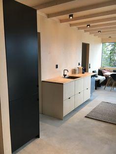 STUDIO10 fronter i kryssfiner av bjerk. Kjøkkenskrog fra IKEA. #ikea #kjøkken #kitchen #studio10 #plywood #cabin #hytte