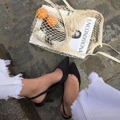 how to use a netted mesh bag. Easy Style, Look Street Style, Net Bag, Cloth Bags, Who What Wear, Look Fashion, Minimalist Fashion, Personal Style, Creations