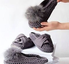 These look amazingly comfortable. I couldn't find a pattern but I have ideas on how to make them and make them into a cool pair of outdoor slippers. Knitting Daily, Knitting Club, Knitting Socks, Crochet Sandals, Crochet Shoes, Crochet Yarn, Knitted Slippers, Knitted Bags, Modern Crochet Patterns
