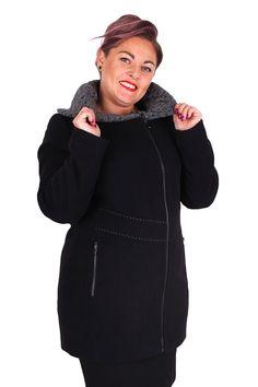Výnimočný, veľmi elegantný kabát, ideálny pre chladné jesenné dni a chladné zimy. Je vyrobený z vysoko kvalitného zmesovej tkaniny 40% vlna, 60% polyester. Zapínanie na asymetricky vsadený zips. Bočné vrecká sú tiež na zips. Zateplený kabát jedekorovaný kontrastným prešívaním.Originálnym detailom tohoto modelu je krásny veľký vlnený golier.  Dodacia doba 10-15 pracovných dní