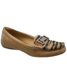 Sapato Mocassim Usaflex Couro Bege com detalhe em  Pêlo e enfeite em metal. Forro em jérsei bege, palmilha almofadada bege. Salto rasteiro e...