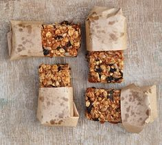 Almond Butter Granola Bars - These bars are packed with goodness: almond butter, bananas, almonds, seeds, rolled oats and dried fruit. Tasty and filling. The perfect snack between meals to keep hunger at bay. Whole Food Recipes, Snack Recipes, Cooking Recipes, Bar Recipes, Cereal Granola, Banana Granola, Granola Barre, Tasty, Yummy Food