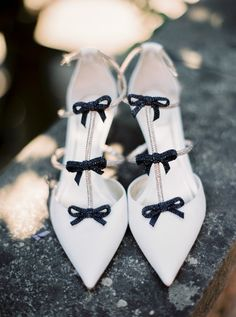 black bow, pointed toe, sophisticated, heels, wedding shoes, bridal shoes | Photography: Thecablookfotolab
