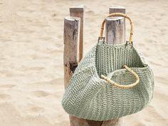 Flip-Flops, Handtuch, Sonnencreme: Mit den Maßen 27 x 42 cm ist diese sandfarbene Tasche ein wahres Stauraum-Genie. Fest mit doppeltem Faden und aus robust-edlem Baumwoll-Seiden-Mix gehäkelt, ist der stylische Begleiter auch noch unempfindlich - ideal für lange Strandtage also!