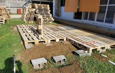 DIY Wooden Pallets Garden Deck Plan Want to see your dream house in reality? There is no substitute of DIY wooden pallets garden deck ideas. Wooden garden deck plan boost up your level of… Pallet Patio Decks, Diy Deck, Diy Patio, Backyard Patio, Backyard Landscaping, Pallet Porch, Palet Deck, Pallet Landscaping Ideas, Garden Decking Ideas