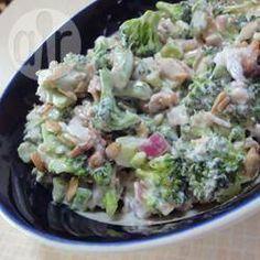 Salade de brocoli crémeuse.  Délicieux mais j'augmenterais facilement à 6 tasses de brocoli puisque le tout devient un peu trop crémeux.... Mais le goût, exquis! Oh et blanchir le brocoli améliore la recette aussi.