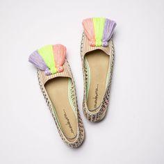 ⚡ALPARGATAS FRANCESCA - 30% DTO.⚡ 👉🏼 LINK EN BIO ¿Sabes por qué nos encanta tanto la primavera? ¡Por los colores, obvio! Y estas alpargatas son perfectas para tu outfit primaveral... 🌼🌺🌸 Color Rosa Neon, Sons, Espadrilles, Flats, Outfits, Fashion, Templates, Low Wedges, Vegan Shoes