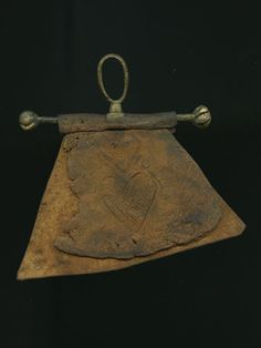 Leather purse with original fittings. It has twisted terminals, a shield-shaped…