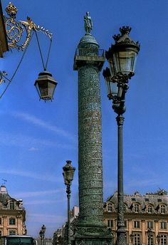 The Vendôme column is surrounded by famous hotels and jewelers in place Vendôme. Its architects were directly inspired by Trajan's Column in Rome.