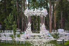 """Незабываемая """"парящая"""" Церемония в романтичном @rs_sareevo под чутким и грамотным руководством @svadberry. Легкий и воздушный проект с потрясающей парой и невероятной историей Любви! Столько волшебства в один День! . ▪️Decor: @whitedecor_wedding ▪️Agency: @svadberry ▪️Foto: @akuznetshova ."""