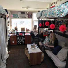 20 Dorm Room Decor Ideas - Dorm Room Decorations Dorm Room Setup, Dorm Room Closet, Dorm Room Food, Dorm Room Layouts, Dorm Layout, Cute Dorm Rooms, Dorm Room Storage, Loft Bed Dorm, Dorm Bed Curtains