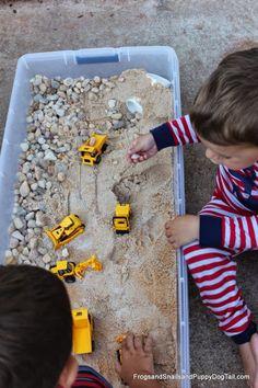 Foto: Frogs, Snails and Puppy Dog Tails Una idea fantástica para poner en práctica este verano con nuestros peques es preparar en casa una caja de arena para los camiones y otros vehículos como excavadoras o aplanadoras. Creo que es una actividad infantil muy chula y muy entretenida porque puede dar horas y horas de diversión. Además, es muy fácil de hacer en casa y es genial si no se tiene un jardín o un parque cerca. ¿Quieres saber cómo preparar tu caja de arena para coches? Cajón de arena…