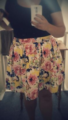 Nederdel med læg i sommerfarver