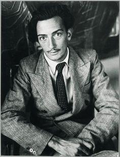 Brassaï / Salvador Dalí photographié à la villa Seurat à Paris, 1933