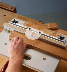 Veritas Table for Compact Routers - Lee Valley Tools Router Woodworking, Woodworking Techniques, Woodworking Projects Diy, Homemade Router Table, Diy Router Table, Power Carving Tools, Router Accessories, Wood Projects That Sell, Aluminum Fence