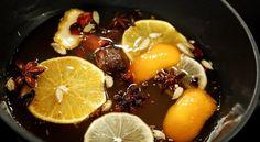 Gløgg (bytt ut eplemost med druesaft)  Krydderet, appelsinskiver og appelsinskall kokes inn i gløggbasen, som her også består av cirka 0,3 liter med eplejuice.