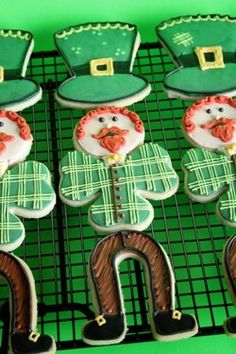 Cute leprechaun cookies from Life's A Batch. A bit too labor-intensive for my tastes, but a darn cute idea! Irish Cookies, St Patrick's Day Cookies, Cut Out Cookies, Cute Cookies, Holiday Cookies, Iced Cookies, Sugar Cookies, Cupcakes, Cupcake Cookies