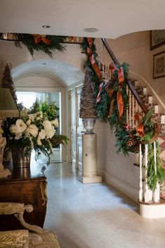 Christmas with Charlotte Moss – The Glam Pad – Decorating Foyer Blue Christmas Decor, Christmas Interiors, Christmas Mood, Elegant Christmas, Rustic Christmas, Beautiful Christmas, Primitive Christmas, Christmas Christmas, Christmas Wreaths