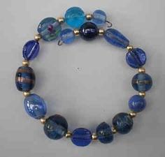 Spangenarmband aus blauen Glasperlen