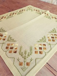 Amazing retro embroidered / tablecloth / 13 x 13 .-Amazing retro embroidered / tablecloth / 13 x 13 / in light yellow linen from Sweden Increíble retro bordado / mantel / 13 x 13 Diy Embroidery Patterns, Hand Embroidery Videos, Hardanger Embroidery, Types Of Embroidery, Ribbon Embroidery, Embroidery Stitches, Cross Stitch Patterns, Abaya Mode, Bordados Tambour