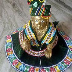 Embroidery Neck Designs, Embroidery Patterns, Laddu Gopal Dresses, Kutch Work Designs, Bead Loom Bracelets, Loom Beading, Flower Crafts, Bead Crafts, Flower Designs
