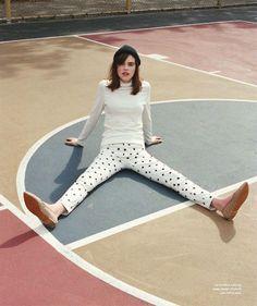pull col roulé blanc + jean blanc à pois + chaussures camel