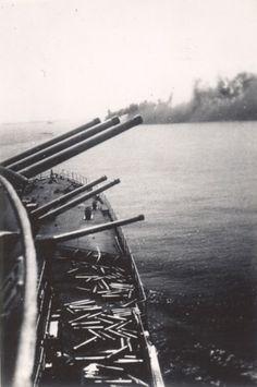 Vintage anonymous studio photo. Possibly: - Agence Hoka  - Actualités Mondiales (film) - Snapshot  Le 3 juillet 1940 à 16h53, la flotte anglaise de l'Amiral Sommerville déclenche le feu sur la flotte française de l'amiral Gensoul. Le croiseur de bataille Dunkerque et le cuirassé Provence, touchés doivent s'échouer. Le cuirassé Bretagne prend feu, après avoir été touché par une salve, il coule très rapidement. Le croiseur de bataille Strasbourg parvient à sortir de la rade et à rejoindre…
