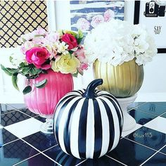 Pin for Later: 18 Times Real Girls Nailed Glamorous Halloween Decor Our favorite color combo looks on point for Halloween. Pink Halloween, Halloween Birthday, Halloween House, Happy Halloween, Halloween 2018, Chic Halloween, Halloween Inspo, Halloween Season, Halloween Stuff