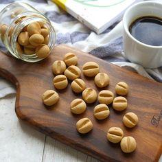 「コーヒー豆ぼうろ」のレシピと作り方を動画でご紹介します。家にある材料で簡単にぼうろが作れます!コーヒーの苦味が効いたちょっと大人な味に仕上げました。見た目もコーヒー豆のようでかわいわらしい形です。サクほろ食感をお楽しみくださいね♪