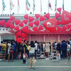 #venezia72 Le scale non mancano... ora aspettiamo le foto! La Mostra del Cinema di #Venezia è partita oggi e @igersveneto la racconterà su questo account con la collaborazione di @veneziadavivere e gli occhi degli Instagramers presenti! La foto di oggi è di @eltubaro #igersvenezia #igersveneto #igersitalia #venicefilmfestival #venice #instanuovave by lacronacaitaliana