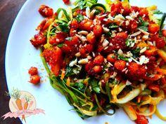 Cukiniowo-marchewkowe julienne z czosnkiem, estragonem, ciecierzycą i migdałami. Zucchini and carrot julienne with garlic,tarragon, chickpea and almonds. #glutenfree #paleo