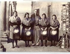 As pandereiteiras de Mens. Fotografía na Praza da Quintana de Santiago