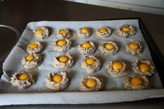 Aperitivos de huevo de codorniz y pure de patata con morcilla de cebolla antes de entrar en el horno