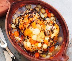 Denna härliga kyckling blir extra saftig i lergryta, men det går att använda en vanlig gryta också. Servera gärna med potatismos och riven pepparrot. Pot Roast, Dessert, Chicken, Ethnic Recipes, Clay, Carne Asada, Clays, Roast Beef, Desserts