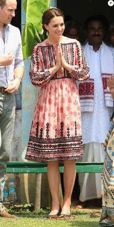 Para novo compromisso oficial na Índia, ao lado do príncipe William, Kate Middleton usa vestido popular, avaliado em R$ 375