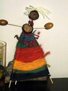 vrouwtje van takken, kastanjes en wol.