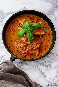 Min vardagsfavorit - recept på kyckling i gräddig sås med paprika, soltorkade tomater och basilika • Malins driftigheter Food N, Food And Drink, Paneer Tikka, Lchf, Thai Red Curry, Baking, Eat, Ethnic Recipes, Dinners