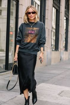 preto Silk skirt midi long fall look black a-line skirt outfit Silk slip bias black wear street style look Outfits Casual, Business Casual Outfits, Fall Fashion Outfits, Skirt Outfits, Look Fashion, Autumn Fashion, Womens Fashion, Winter Outfits, Edgy Fashion Style